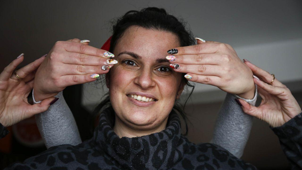 Arteen miniatura.Mila Cerdeira lleva toda la vida disfrutando del carnaval de Ourense, este año también