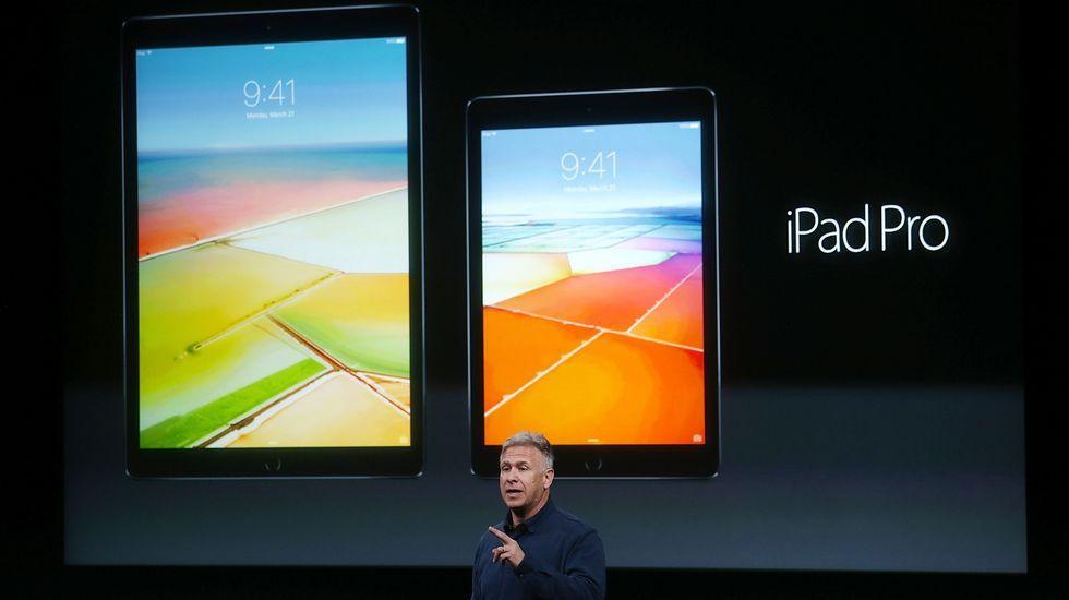 Diez productos clave en la historia de Apple.Marcos Bermúdez, junto al vehículo con el que recorrió Marruecos.