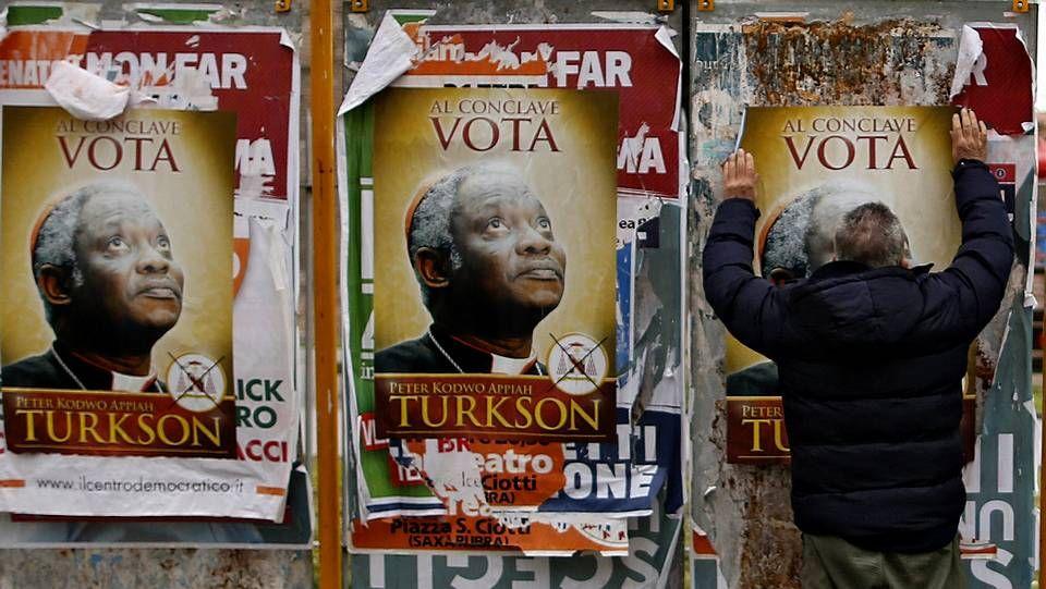 Los cardenales que elegirán al nuevo papa.Varios carteles en Roma invitan a votar en el cónclave al ghanés Peter Turkson