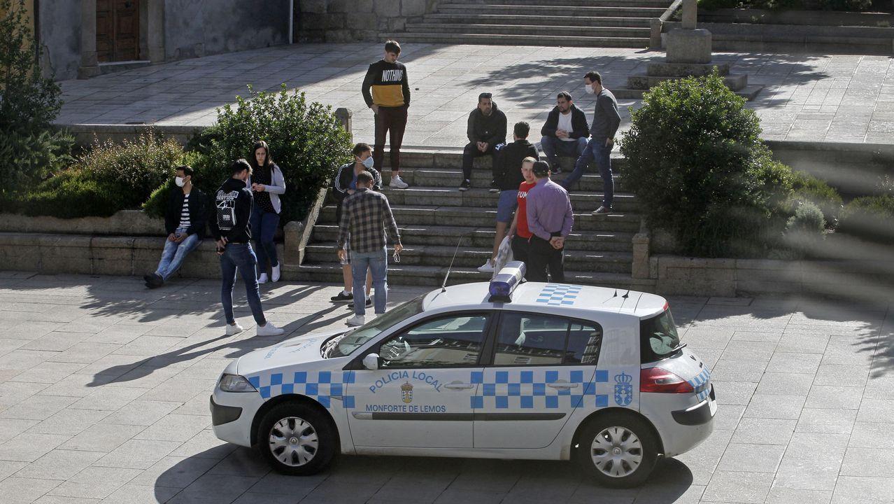 Un paseo en globo para combatir el calor.Participantes en las pruebas aguardan en la plaza de España el inicio del examen teórico