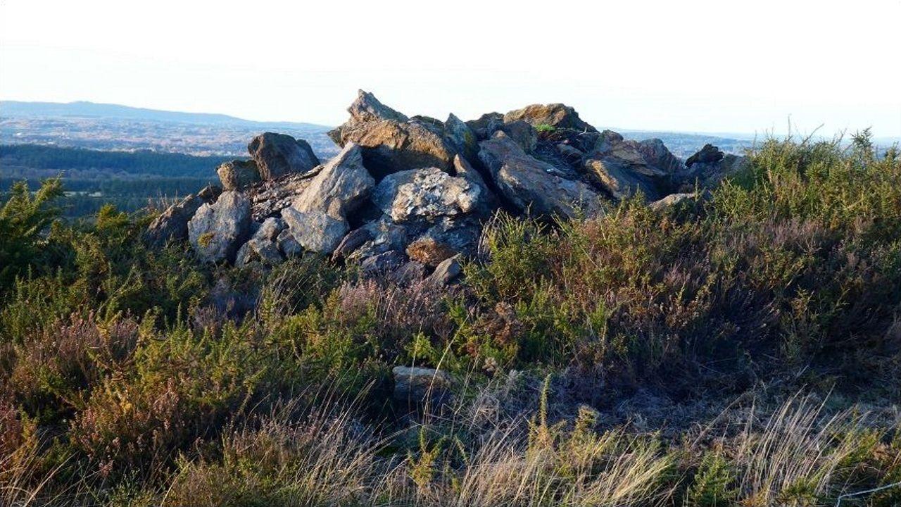 Rochas procedentes da pradaría que depositaron sobre os petróglifos