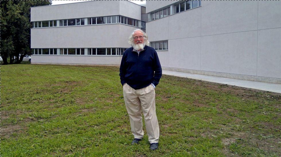 Enric Franch, ante el nuevo edificio del Muséu del Pueblu d'Asturies
