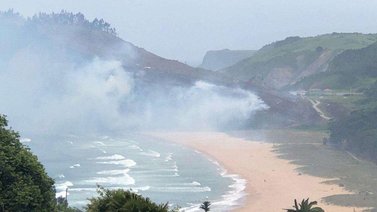 Incendio junto a la playa de Rodiles