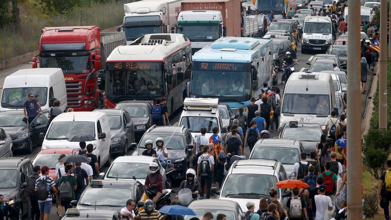 Efectivos de la Policía Nacional, intentan repeler a los manifestantes que, convocados por la plataforma Tsunami Democrátic, están cercando los accesos al aeropuerto de El Prat en Barcelona