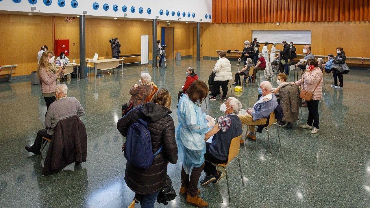 Vacunación en un centro cívico de Zaragoza