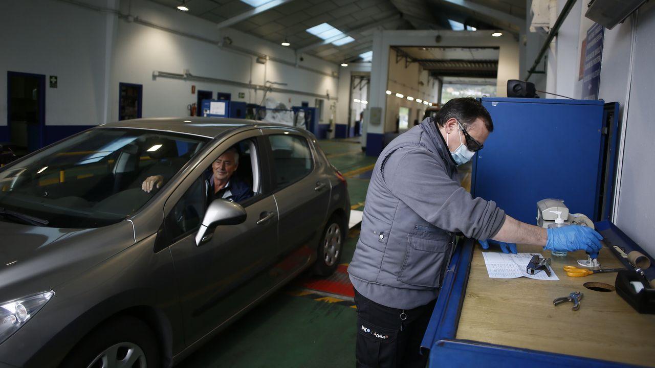Un vehículo haciendo la revisión este martes, en la estación de ITV de Viveiro