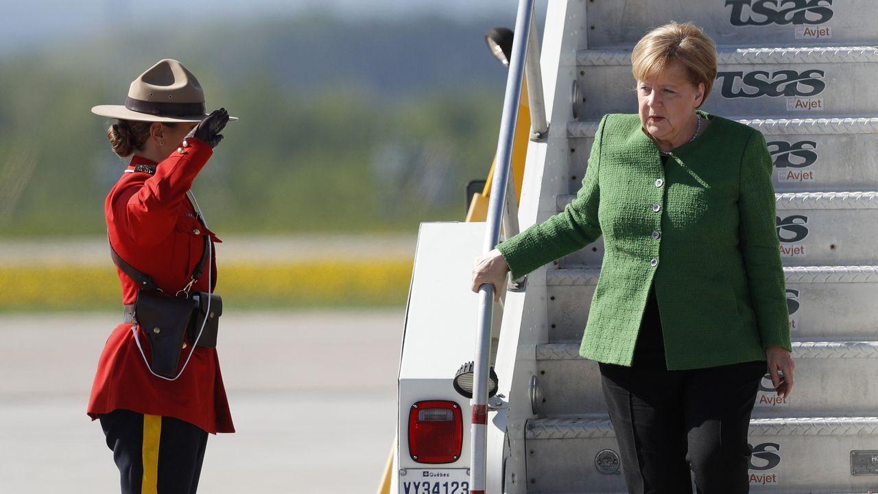 La canciller alemana, Angela Merkel, desciende de su avión en la base aérea de Bagotville, en Canadá