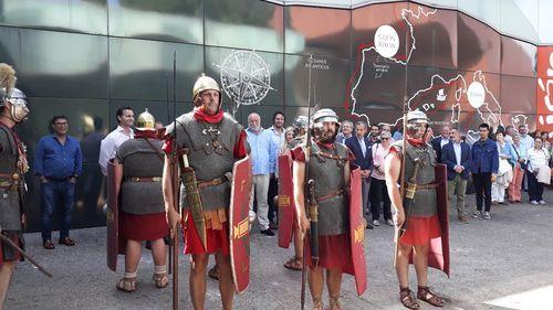 Un escuadrón romano, ayer, ante el stand del Ayuntamiento de Gijón en la Feria de Muestas, que recrea el pasado romano de la ciudad
