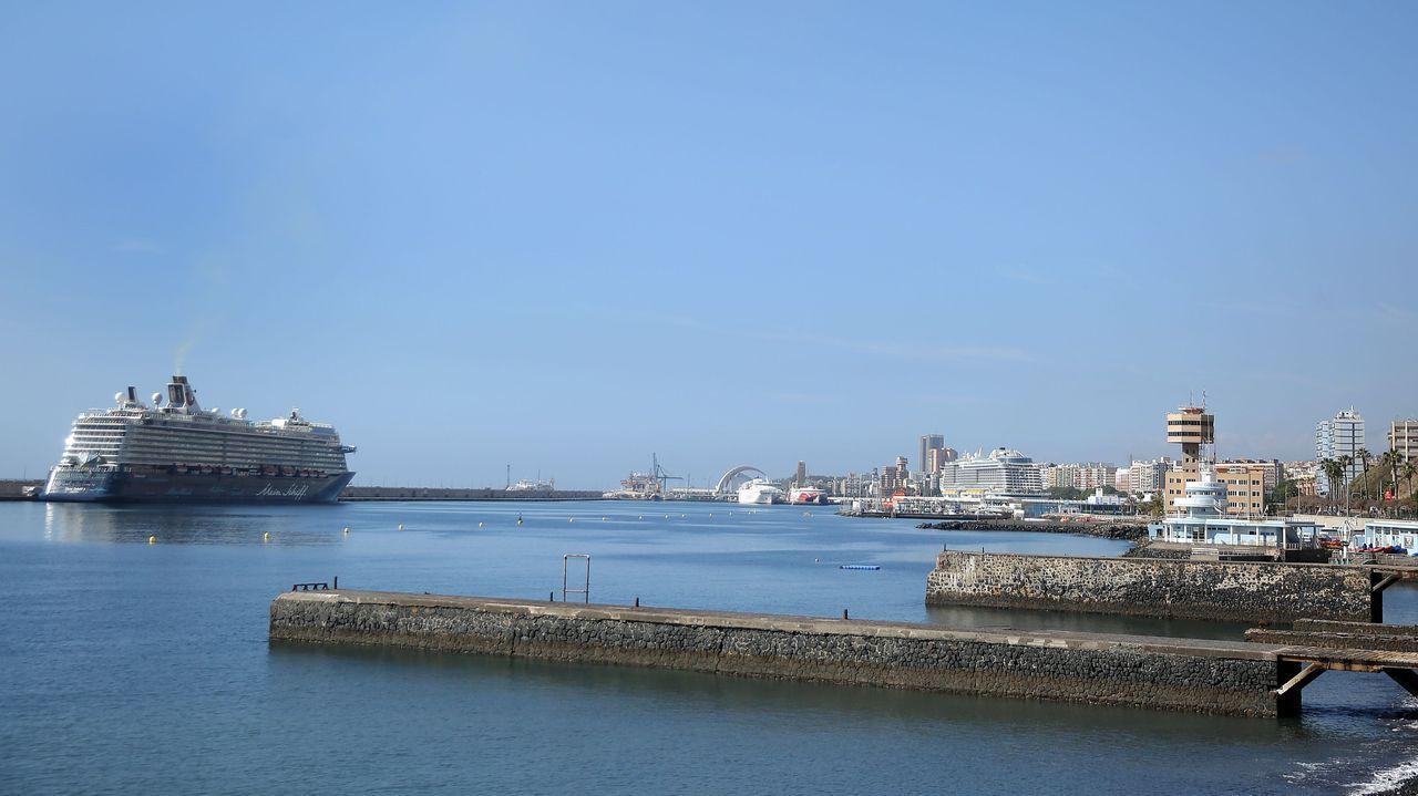 Los cruceros Mein Schiff 3 (I) y Aidanova atracaron sin pasajeros este lunes en el puerto de la capital tinerfeña para repostar