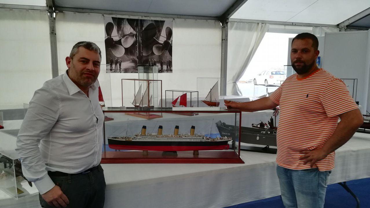 El coleccionista Juan Manuel Peña entregó al náutico de Camariñas una maqueta del Titanic
