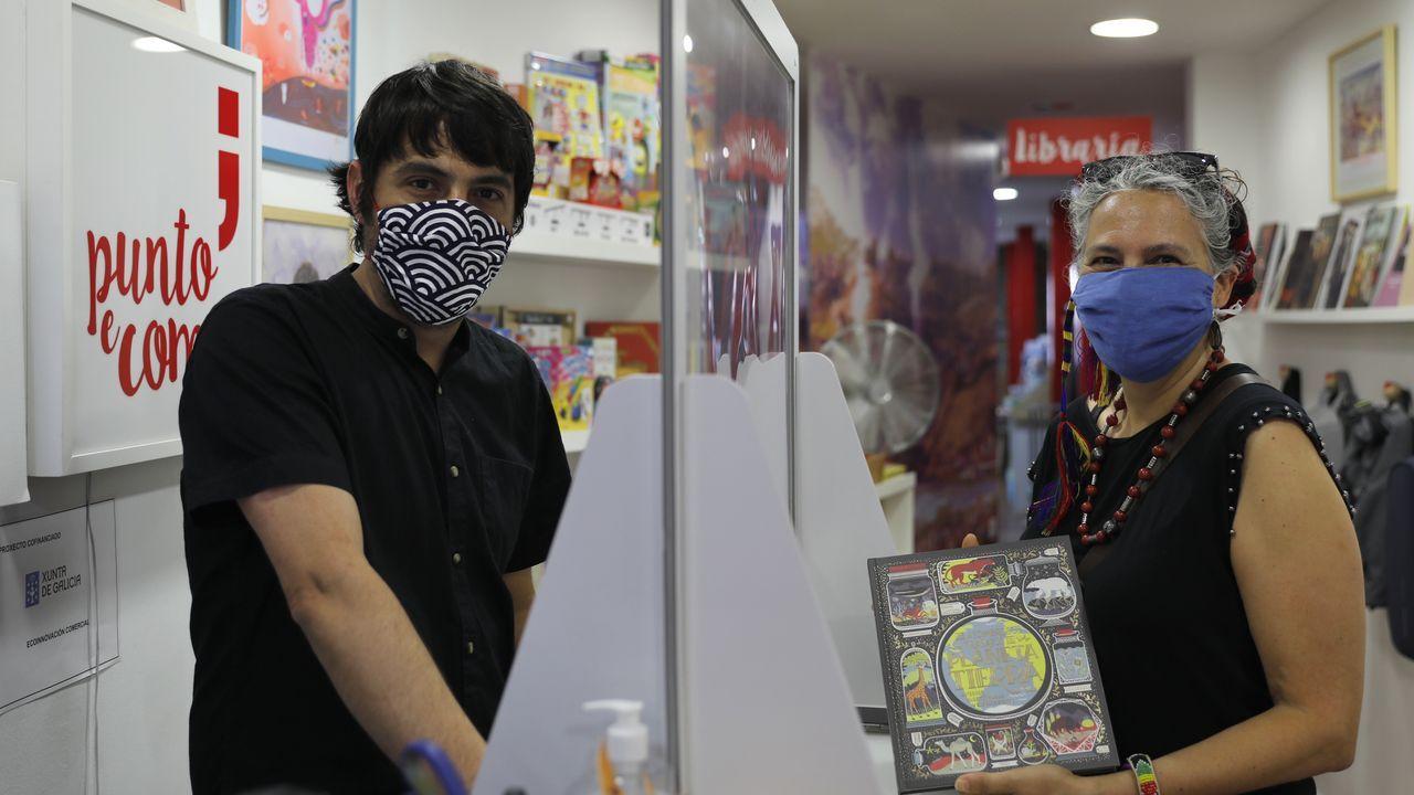 Jose Mosquera, propietario de Punto e Coma, junto a una de las primeras clientas, Isabel Ferreiro