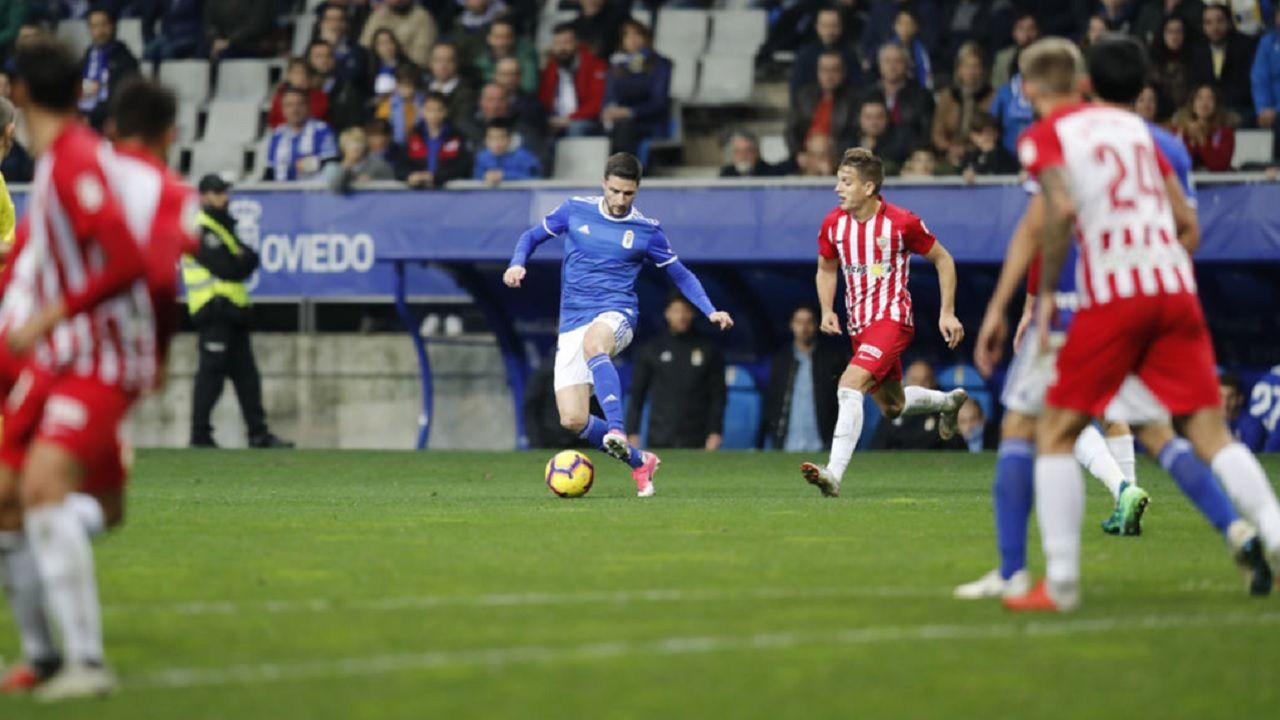 Omar Ramos Real Oviedo Almeria Carlos Tartiere.Omar Ramos controla un balón en su debut ante el Almería