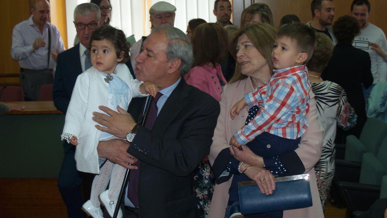 El alcalde de Monforte, José Tomé (PSOE), con su esposa y sus dos nietos, tras recibir el bastón municipal