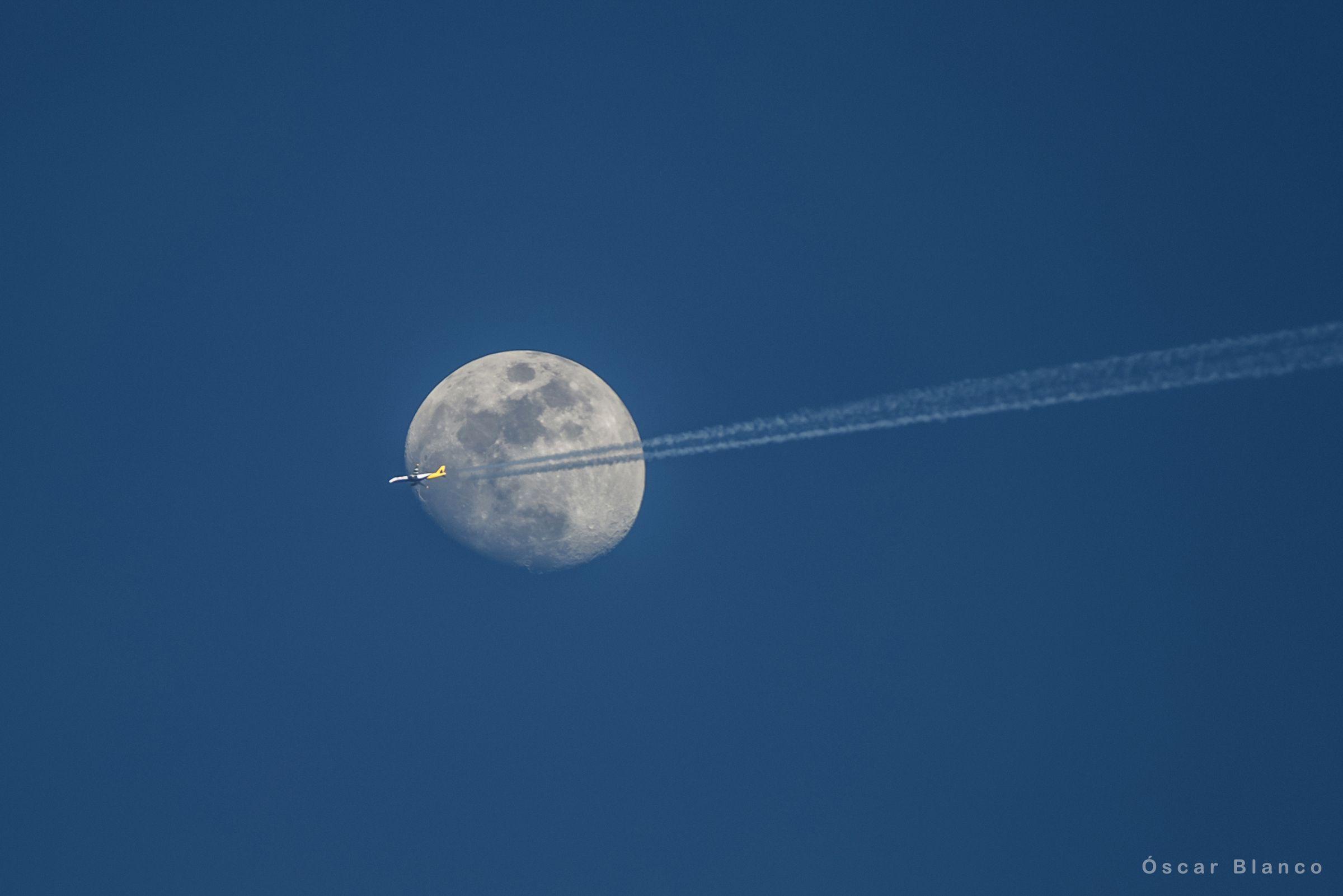 Los lameiros de Pedrafita.La Luna fotografiada de día desde A Coruña
