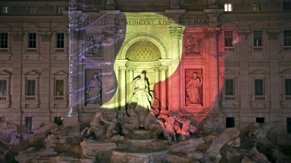 La Fontana di Trevi en Roma, iluminada con la bandera de Bélgica.