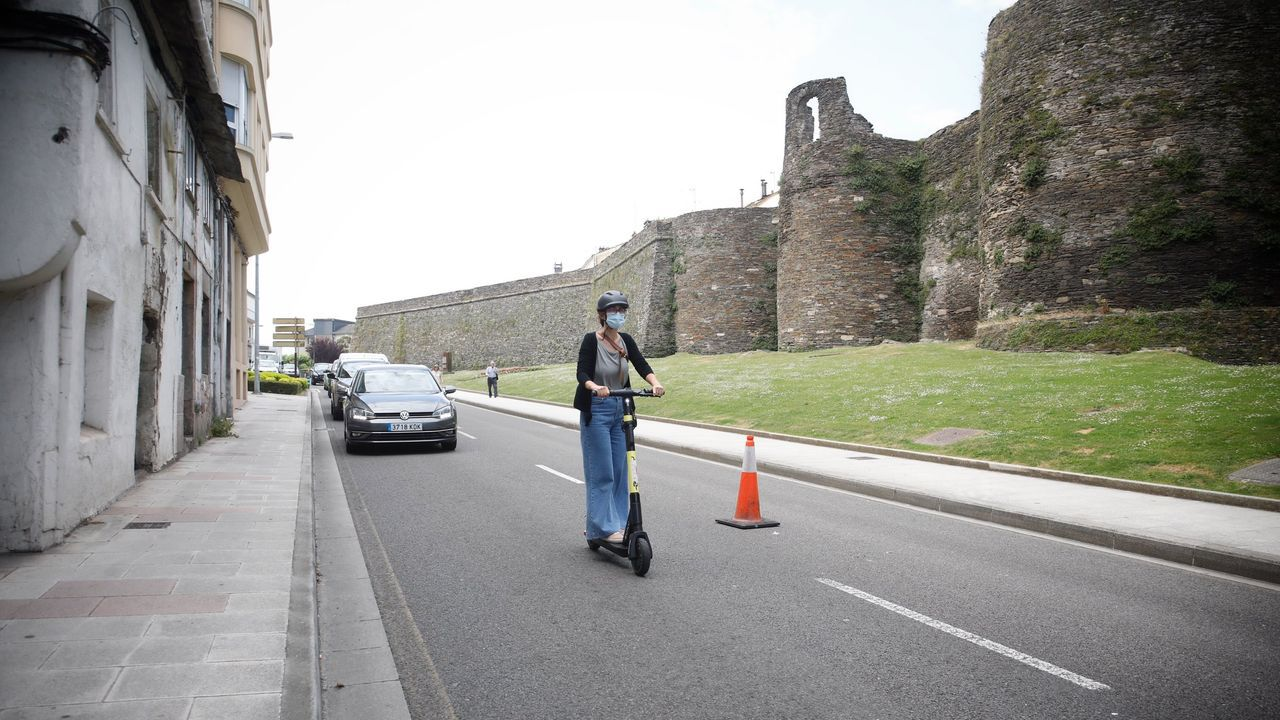 Una usuaria de patinente circulando por la Ronda da Muralla el pasado junio