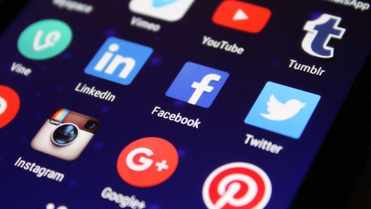 Trump muestra una portda de New York Post antes de firmar la orden ejecutiva contra las redes sociales
