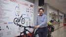 El empresario Antonio Martos en su nuevo local en Sarria