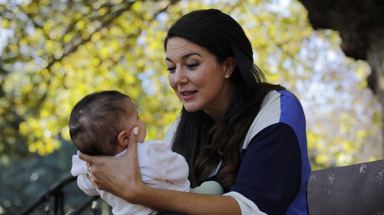 Vanessa con su hija Sara en el parque de Santa Margarita, de A Coruña.