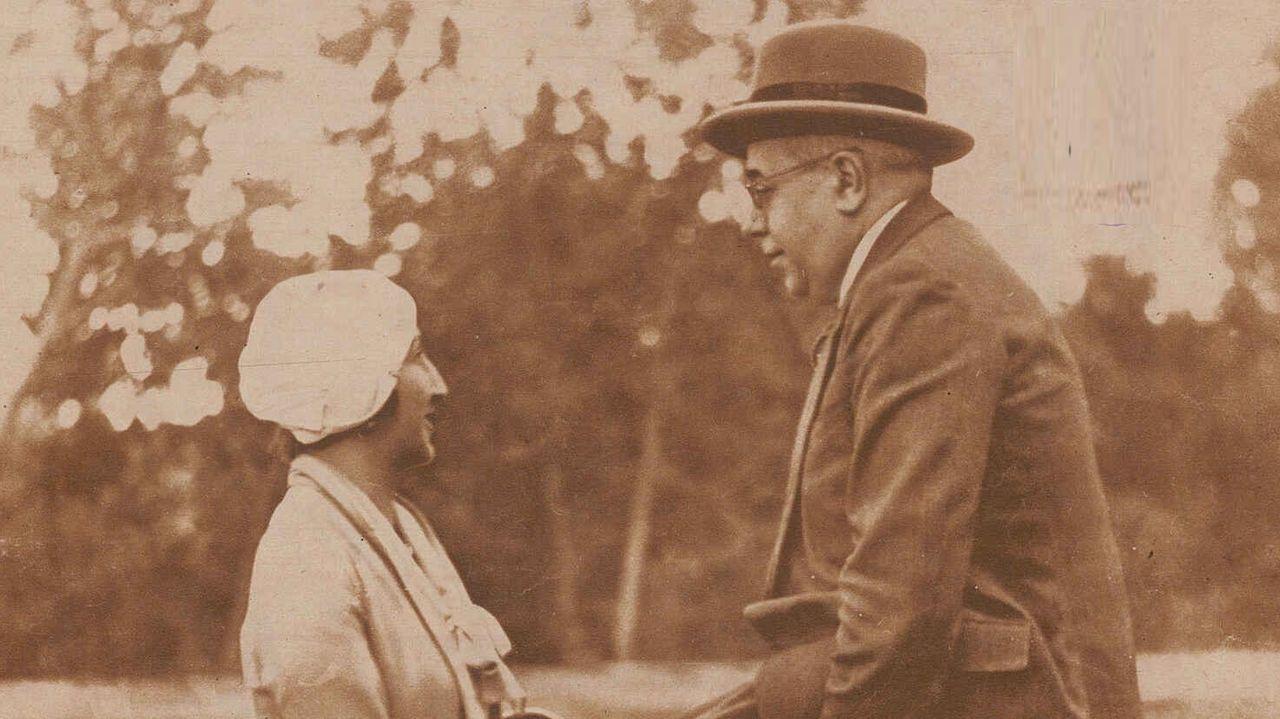 Manuel Azaña y su esposa, Lola de Rivas, en una fotografía tomada por Llompart en El Escorial y publicada en el número de «Estampa» del 17 de septiembre de 1932 que se conserva en la Biblioteca Nacional de España