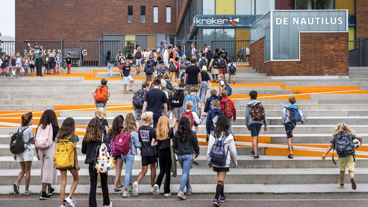 Jóvenes entran en una escuela de Amsterdam, en el primer día de colegio