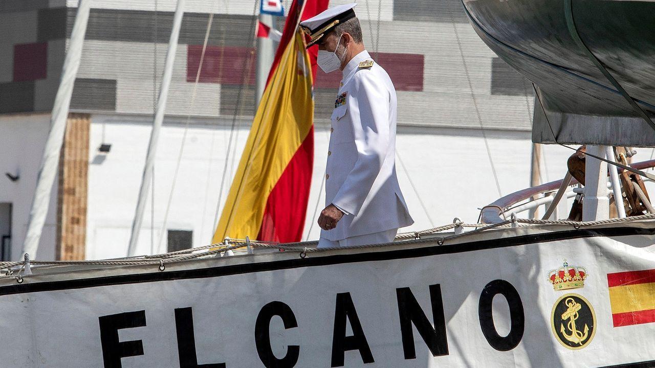Felipe VI desembarcando del buque escuela en Cádiz