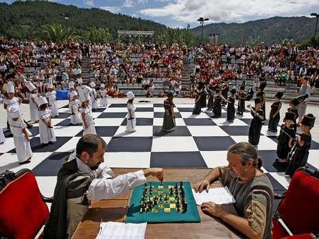 La partida de ajedrez se llevó a cabo en el auditorio del castillo.