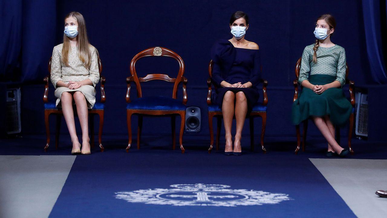 La princesa Leonor (i) se dispone a pronunciar un discurso en presencia del rey Felipe, la reina Letizia y la infanta Sofía, durante la ceremonia de entrega de los Premios Princesa de Asturias celebrados este viernes en Oviedo.
