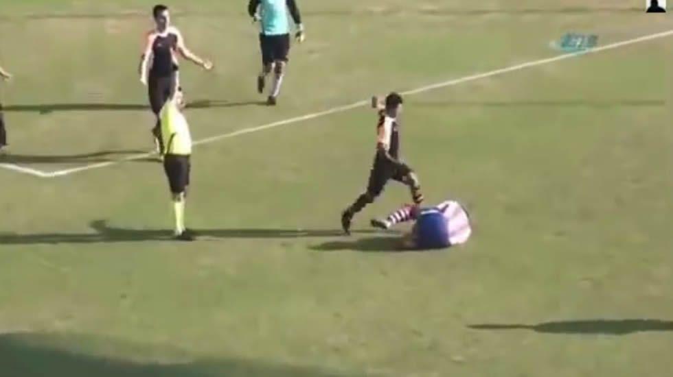 La salvaje patada en el fútbol turco