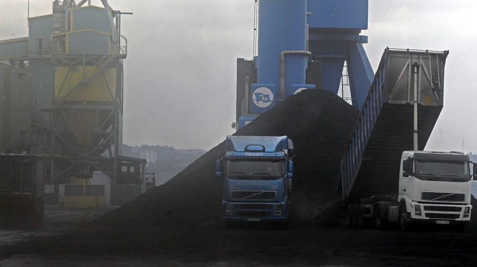 Las descargas de carbón y graneles en el puerto de A Coruña, un trastorno para los vecinos