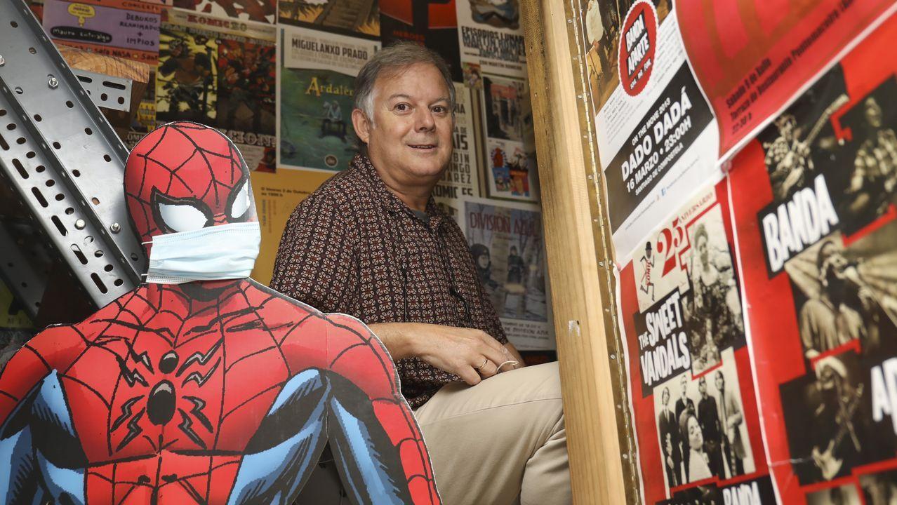 Xosé Barreiro posa en la librería que abrió en 1987. Detrás de él se muestran carteles de cómics destacados. Delante, los del concierto con el que en el 2012 se homenajeó a la tienda por sus primeros 25 años y en el que tocó con su primer grupo de soul. «Gustaríame rematar a vida coma un 'crooner'», bromea