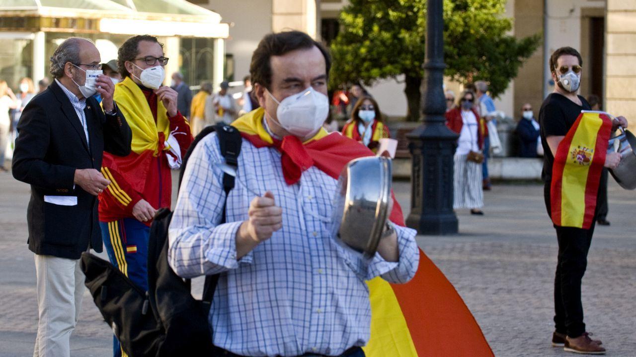 Varias decenas de personas salieron a las calles coruñesas siguiendo la llamada de Vox