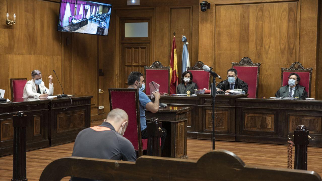 Otra condena a la «Manada» por los abusos sexuales de Pozoblanco.En la sala de vistas de la Audiencia se entrega una bolsa a todos los que deben testificar, para proteger los micros y evitar contagios