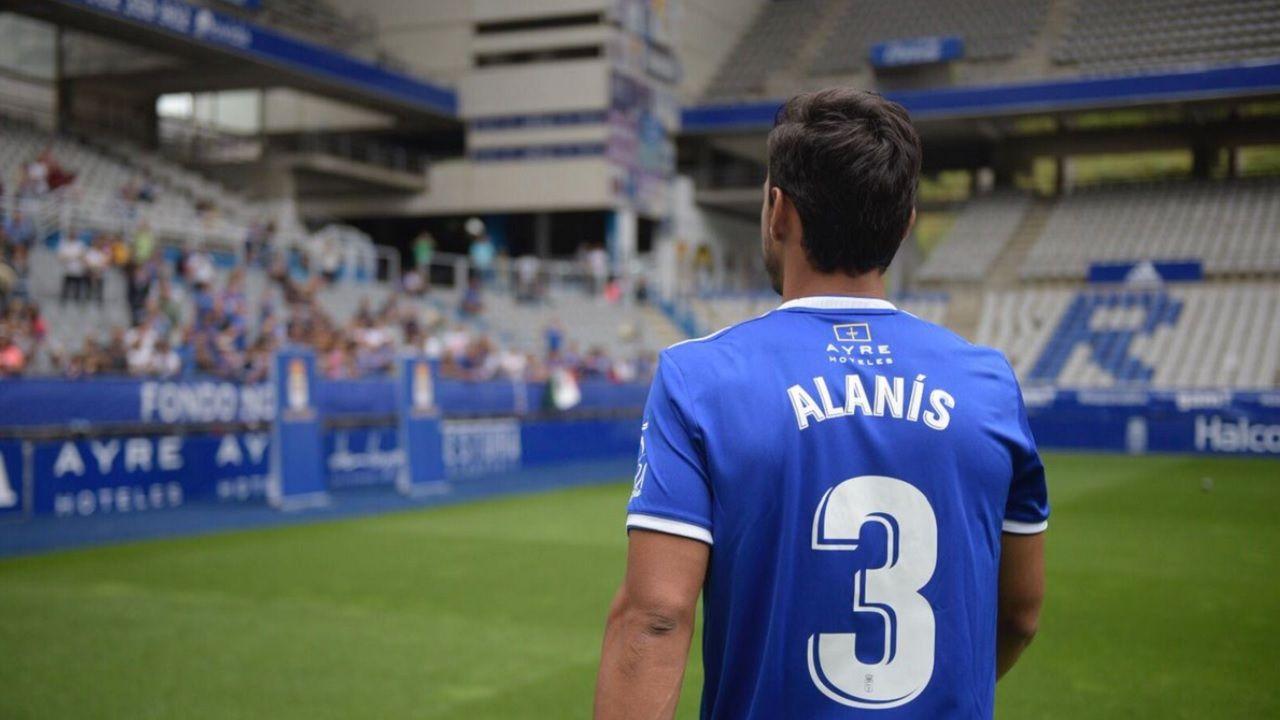 Oswaldo Alanis Real Oviedo Carlos Tartiere.Alanis, durante su presentacion con el Real Oviedo