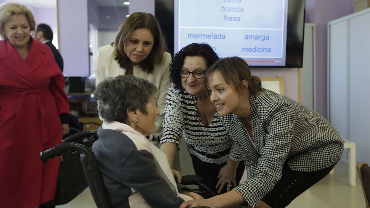 La conselleira de Política Social, Fabiola Garcia, hablando con una usuaria en la inauguración del centro de la Asociación de Daño Cerebral Adquirido (Adaceco) en Culleredo