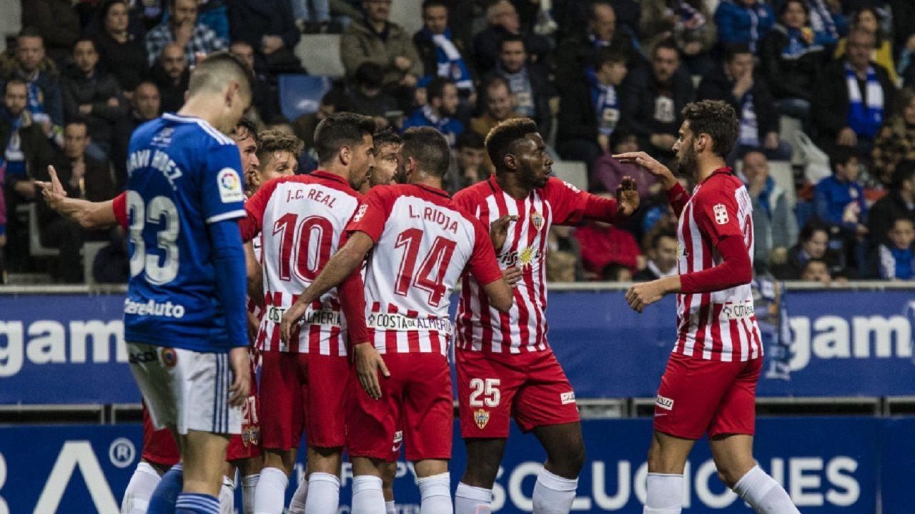 Gol Real Oviedo Almeria Carlos Tartiere.Los futbolistas del Almería celebran el primer gol en el Tartiere