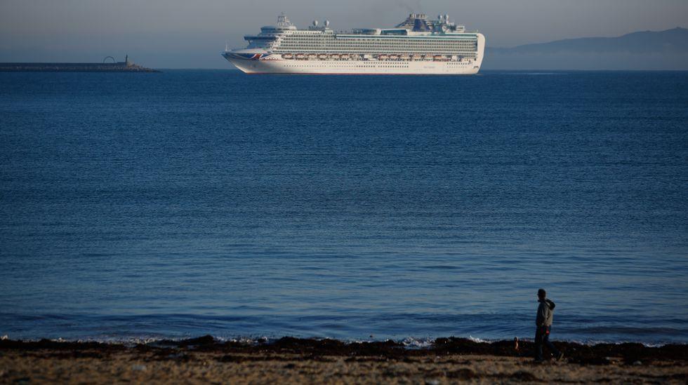 El trasatlántico entrando en A Coruña