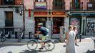 Varias personas pasean por una de las calles del barrio de Malasaña, donde el día 5 de septiembre un joven sufrió una agresión homófoba