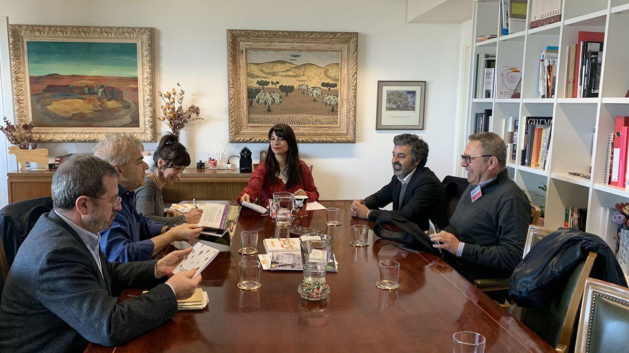 ataque lobo ganadería lobos animales heridas.La directora general de Desarrollo Rural, Innovación y Formación Agroalimentaria, Isabel Bombal, en la cabecera de la mesa, con el consejero de Desarrollo Rural, Agroganadería Pesca y Alimentación, Alejandro Calvo, a su derecha en la foto