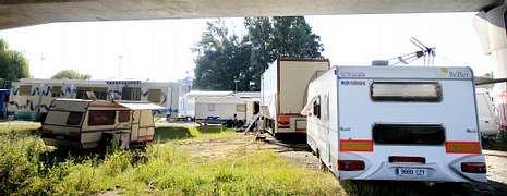 Los feriantes se han instalado bajo el puente de la VG-20, ubicando sus caravanas y vagones en el solar colindante al Lagares, sin acceso a suministros.