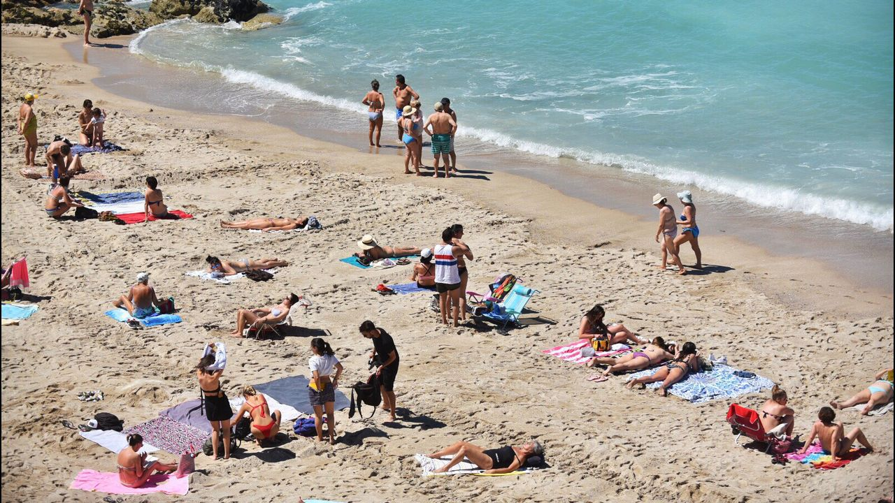 Bañistas en la playa de Riazor, en A Coruña
