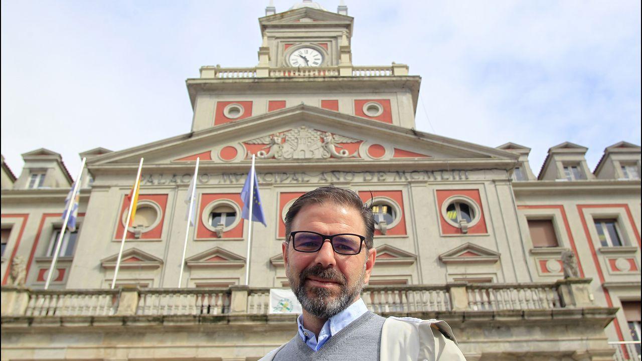Sesión de investidura en el concello de Ferrol.Ángel Mato, concejal de Urbanismo durante el gobierno de Vicente Irisarri, frente al palacio consistorial. josé pardo