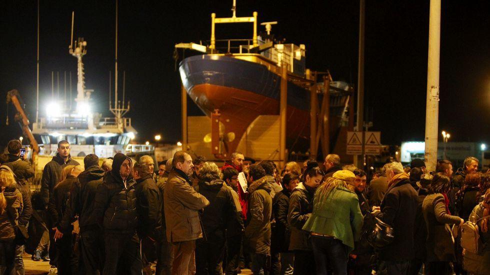 Momentos de tensión durante el traslado del pesquero