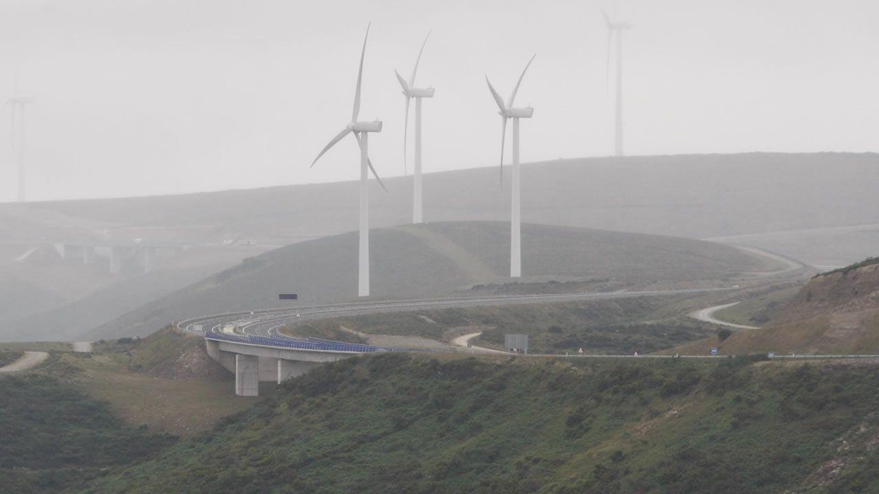 Algunas de las estructuras más altas de Galicia.Autovía del Cantábrico A-8 a la altura del alto de O Fiouco