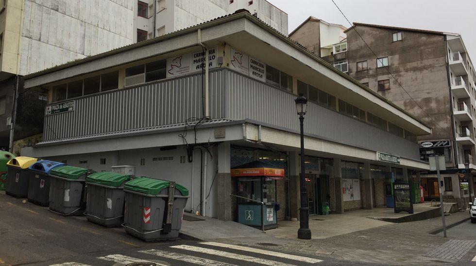 As fotos da arquitectura en pedra de San Mamede.Las hermosas fachadas de los edificios de Rodolfo Ucha contrastan con los bajos comerciales abandonados y llenos de pintadas