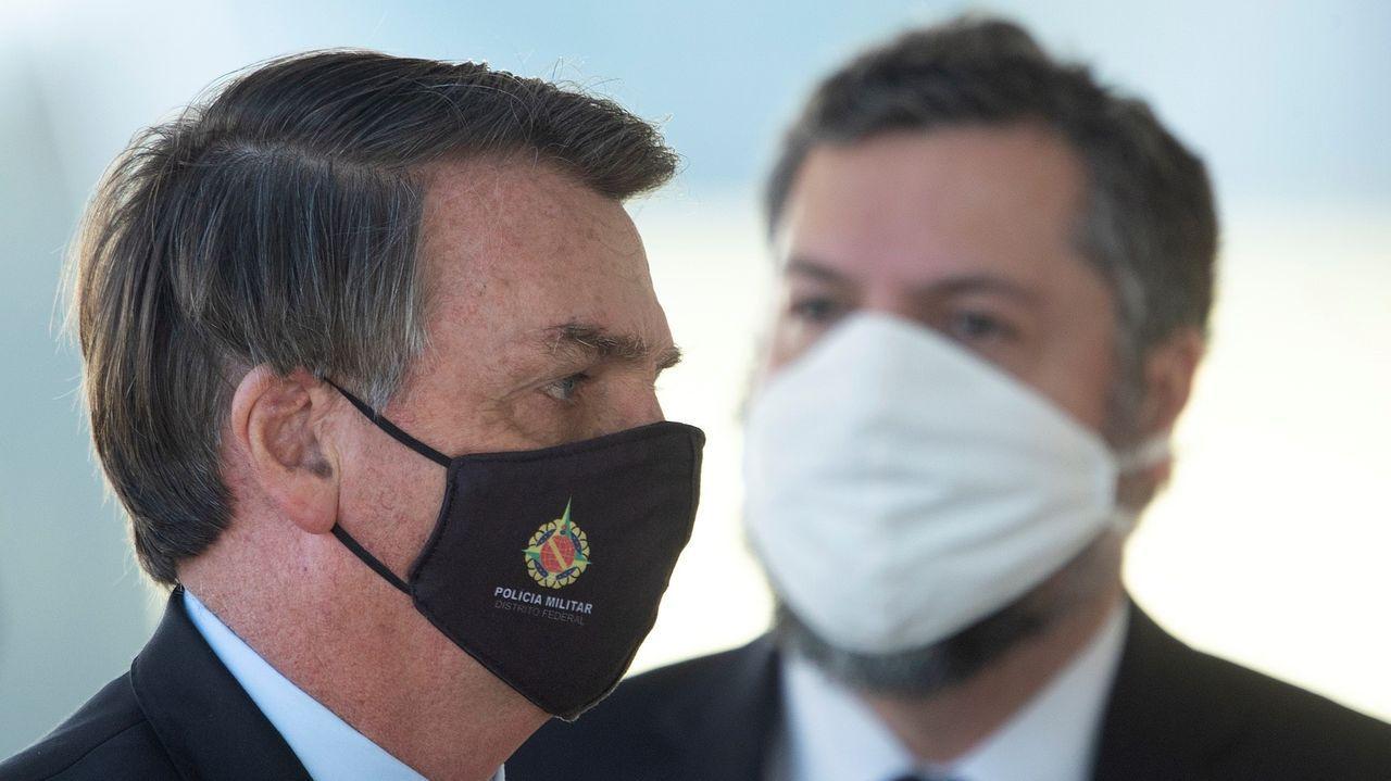 El presidente de Brasil, Jair Bolsonaro , y su canciller, Ernesto Araújo , usan mascarilla durante una rueda de prensa ayer jueves, frente al Palácio do Alvorada, en Brasilia, la capital del país