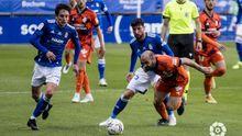 Sangalli y Borja Valle luchan por un balón en el Oviedo-Ponferradina