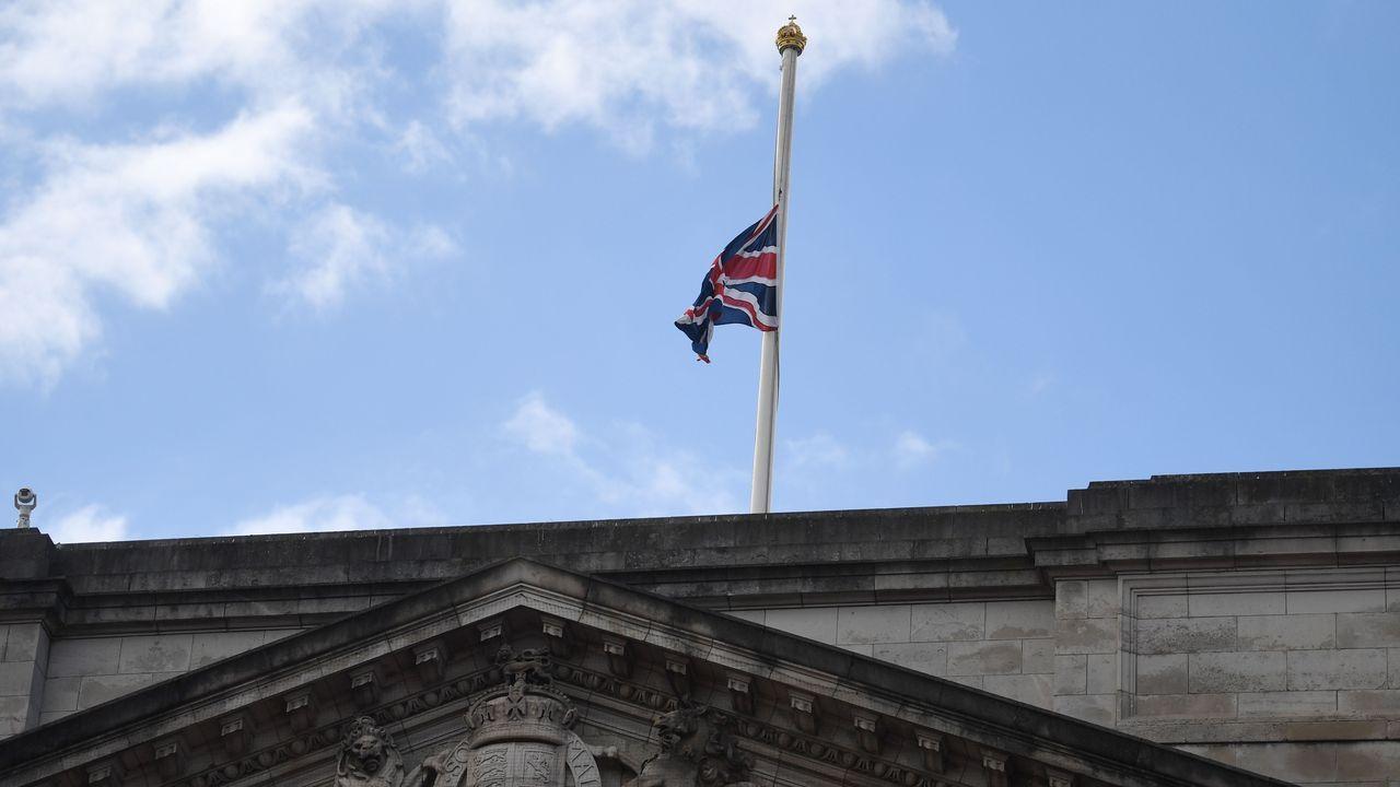 La bandera británica ondea a media asta hoy en el Palacio de Buckingham tras el fallecimiento del marido de Isabel II