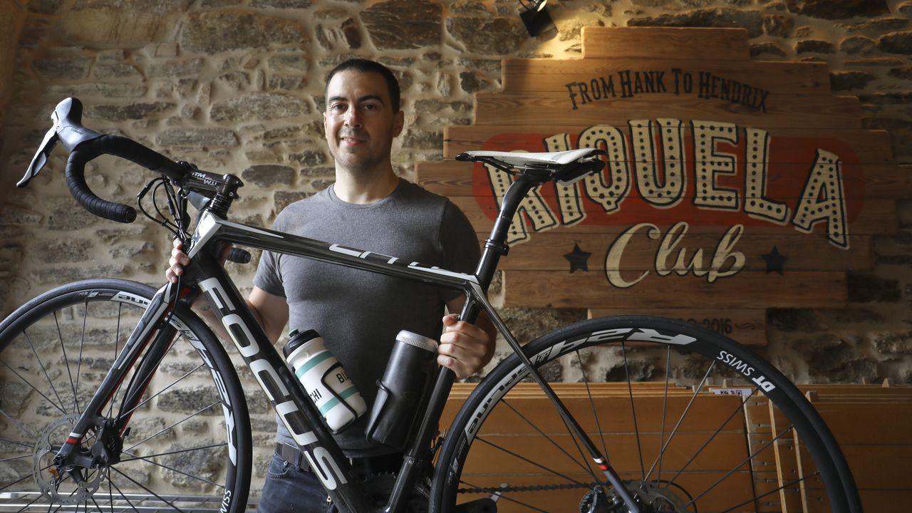 El propietario de la Sala Riquela posa en ella con su bicicleta, su otra pasión. Aclara que del mundo del ciclismo, en el que llegó a competir a un cierto nivel, proceden varios de los asiduos al conocido local