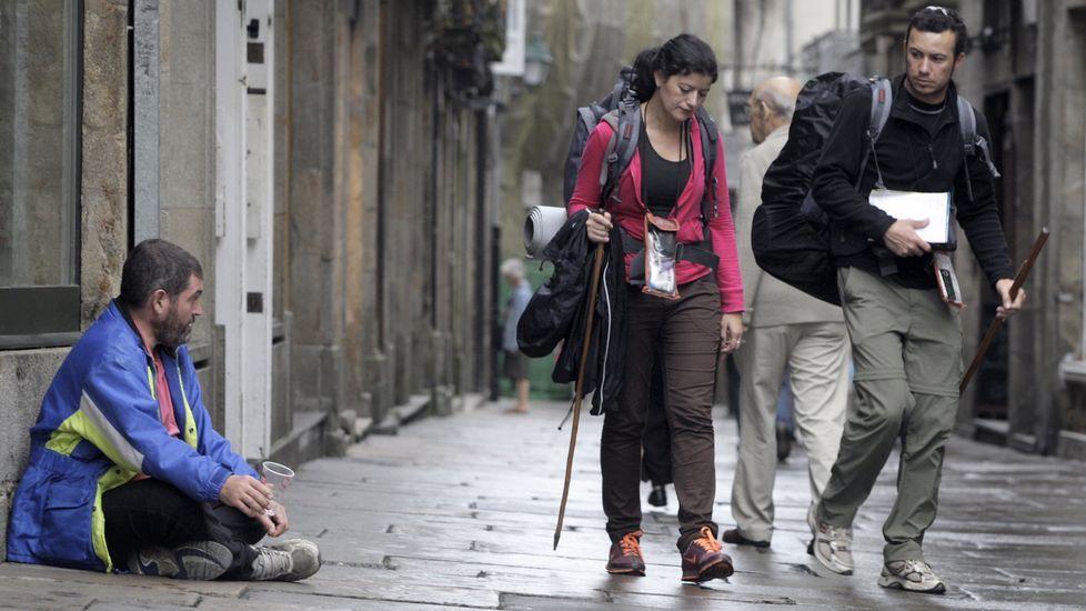 ¿Molestan los indigentes en Compostela?.Uno de los indigentes acampados en los soportales de la rúa do Vilar.